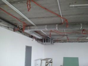 Труба ПВХ за подвесным потолком