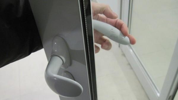 Две ручки двери, с и без управления язычком