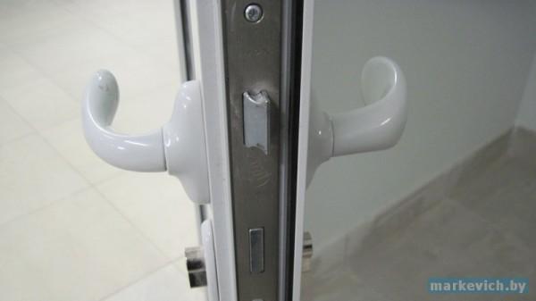 Язычок двери блокируемый защелкой