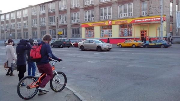 Велосипедист со специфическим великом