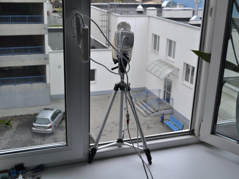 IP камера DS-2CD2T27G3E-L установленная на подоконнике