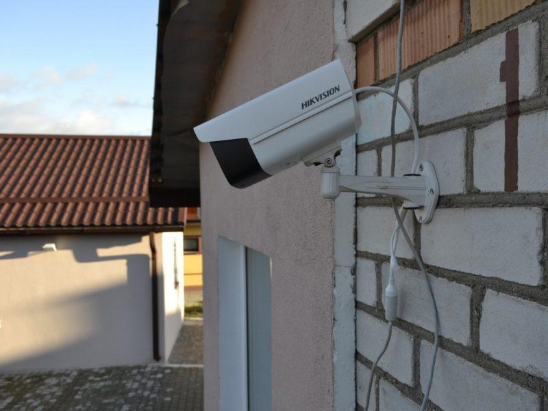IP камера DS-2CD2T27G3E-L установленная на стене