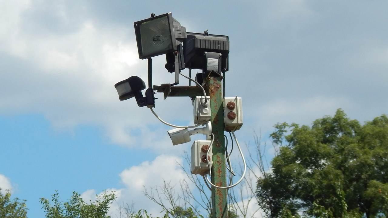 Технические средства охраны: установленные на охраняемом объекте IP камера, датчик движения, светильники